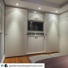 """""""#Repost @gisellemacedoepatriciacovolo Como solução para otimizar o espaço, neste armário desenvolvido pela @ornaremoveis ,as portas correm na frente da…"""""""