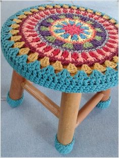 10 Creative Ways to Give a Makeover to Old Stools - Knitting and Crochet Motif Mandala Crochet, Art Au Crochet, Beau Crochet, Crochet Diy, Crochet Flower Patterns, Crochet Home, Crochet Crafts, Crochet Flowers, Crochet Projects
