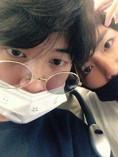 Jeon Jungkook, famous singer for his boy group of 4 members, known as BTS notices model Kim Taehyung when fans tag him in his post. Bts Jimin, Jimin Selca, Bts Bangtan Boy, Seokjin, Namjoon, Kim Taehyung, Jikook, Yoonmin, Foto Bts