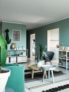 Green interior trend: try these 4 new greens in 2020 / green wall paint, dark green wall decor and green interior inspirations on ITALIANBARK Dark Green Living Room, Green Rooms, Living Room Wall Designs, Living Room Color Schemes, Green Painted Walls, Green Walls, Sweet Home, Appartement Design, Home Trends