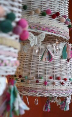 lámpara mimbre decorada Handmade Home Decor, Handmade Crafts, Diy And Crafts, Arts And Crafts, Boho Diy, Boho Decor, Vintage Booth Display, Fabric Chandelier, Boutique Decor