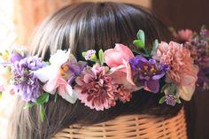 今、ウェディングアイテムとして、とても人気のある花冠♪ラベンダーとピンクのマムをメインに使い、優しい色合いに仕上げました。 白ドレス、カラードレス、どちらでも...|ハンドメイド、手作り、手仕事品の通販・販売・購入ならCreema。