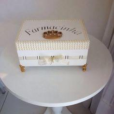 Farmacinha da Elisa! 🌸 by Linda Houri #artesanatobrasileiro #mdf #perolas #criacoes#farmacinha#caixapersonalizada#farmacia#decoracaodequarto#quartodemenina#quartodeprincesa#feitopormim#caixadecorada#tudoorganizado#maedemenina#caixasdecorativas#caixadecorada#mdf#mdfdecorado#caixaluxo#caixasespeciais#caixas#enxoval#enxovaldemenina#gestante#amooquefaco#amoartes#caixasdelicadas#caixasmimos#euamoartesanato#criatividade#caixaderemedios#remedios