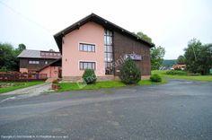 Zapraszamy do Hotelu Čert w miejscowości Kořenov w górach Izerskich. 5 km od kurortu Harrachov. 400 m do wyciągu narciarskiego. W pobliżu kilka utrzymywanych tras narciarskich. Więcej informacji na http://www.nocowanie.pl/czechy/noclegi/korenov/hotele/127513/