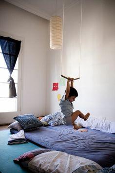 cr ation d 39 ambiance pour la chambre d 39 un gar on de 7 ans qui aime dessiner le bleu et le jaune. Black Bedroom Furniture Sets. Home Design Ideas
