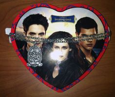 Found this Breaking Dawn 2 Valentines Day 2013 tin at Walmart for $5.  Comes with Gummy Hearts and is 3.17oz .... I'm really looking forward to the Edward only Breaking Dawn 2 merchandise though ....