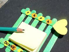 pense bête cadeau en bâtonnets de bois peint par les enfants. Quelques gommettes pour décorer le tout. Finaliser avec le crayon.