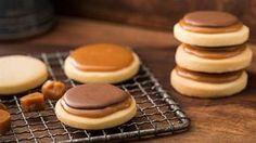 Twix Kekse   Der bekannte Schokoriegel als selbstgebackener Keks: Backrezept für Twix Kekse mit Shortbread, Karamell und Schokolade - unglaublich lecker!
