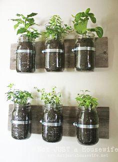 sur bois de couleur + chaleureuse et : http://jefouinetufouines.fr/2014/03/25/jardin-aromatique-diy-pots-herbes-aromatiques-maison/