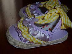 Sandalia fechada com folhos à frente, cor lavanda, laçarote tecido quadrados amarelo, sola flexível e antiderrapante.  Tamanho: 0-6 meses - 12€ Baby Shoes, Sneakers, Kids, Fashion, Lavender Colour, Yellow, Tejido, Shoes, Colors