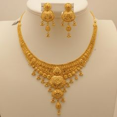 Bilderesultat for indian gold jewellery necklace sets Gold Earrings Designs, Gold Jewellery Design, Necklace Designs, Indian Gold Jewellery, Egyptian Jewelry, Real Gold Jewelry, Gold Jewelry Simple, Dubai Gold Jewelry, Luxury Jewelry