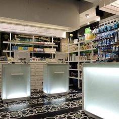 Pharmacie Plaza Nueva par le cabinet Mobil M à Barcelone. Pour en savoir plus : http://www.dezeen.com/2009/07/20/plaza-nueva-pharmacy-by-mobil-m/