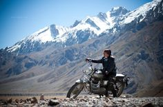 Join a Royal Enfield bike tour in the Himalayas Motorbikes Women, Royal Enfield India, Enfield Bike, Royal Enfield Bullet, Love Background Images, Old Motorcycles, Best Places To Travel, Before Us, Adventure