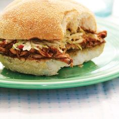 These pulled pork sandwiches slathered in bbq sauce are made in the slow cooker. Sandwich Au Porc, Pork Sandwich, Sandwich Recipes, Pork Recipes, Slow Cooker Recipes, Cooking Recipes, Pulled Pork Burger, Pork Burgers, Barbeque Sides