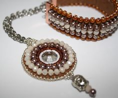 """Nude mit Schoko"" Armband mit Anhänger in beaded embroidery Tehnik. Spezialworkshops bei Perlensucht ""Perlensticken"" Beaded Embroidery, Beaded Bracelets, Jewelry, Fashion, Arts And Crafts, Creative, Schmuck, Moda, Jewlery"