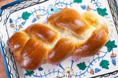 How did challah become the favorite Jewish bread? It goes back to the medieval times, when in South Germany century), Jews started to adopt from their neighbors this type of bread for the Sabbath and holidays. Challah, Jewish Bread, Jewish Food, Jewish Gifts, Plus Que Parfait, Thermomix Bread, Brunch, Braided Bread, Naming Ceremony