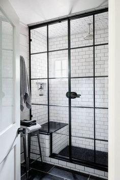 """Une salle de bain ambiance industrielle avec une paroi de douche verrière. On aime également le """"black & white"""", très tendance  http://www.homelisty.com/verriere-atelier-salle-de-bain/"""