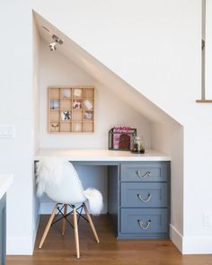 Built in desk tucked under the staircase. Built in desk tucked under the staircase in small kitchen. Office Under Stairs, Space Under Stairs, Stairs For Tight Spaces, Living Room With Stairs, Under The Stairs, Under Staircase Ideas, Home Office Design, House Design, Office Designs