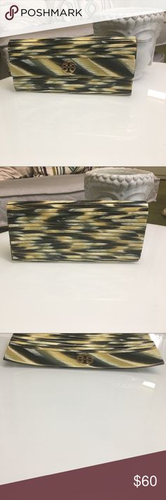 Tory Burch resin bar clutch 3rd photo shows slight warping on sides. Other than that it still looks great😊It is a resin bar clutch Tory Burch Bags Clutches & Wristlets