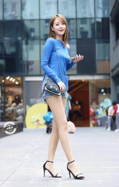 Women With Beautiful Legs, Beautiful Young Lady, Cute Fashion, Fashion Pants, Girl Fashion, Sexy Asian Girls, Beautiful Asian Girls, Nylons And Pantyhose, Short Models