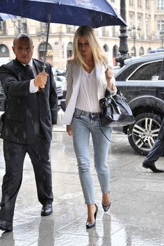 summer casual suit - white blazer, cropped light wash jeans and white tee with basic black heel