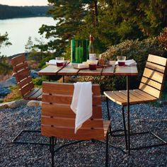 Trendoffice: Looking forward to summer Outdoor Dining Chairs, Outdoor Tables, Outdoor Decor, Curved Wood, Wood And Metal, Minimalist Scandinavian, Scandinavian Design, Dining Furniture, Outdoor Furniture Sets