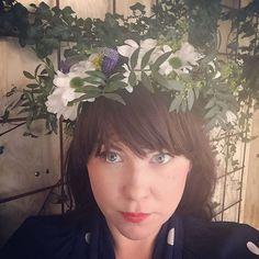Jag har blommor i mitt hår, som bara Instagram kan se.