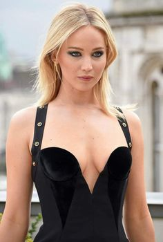 Jennifer Lawrence Sexy Photos or Pictures: She was born Jennifer Shrader Lawrence on August in Indian Hills, Kentucky, United States. Jennifer Lawrence appears to be so sexy having stunning curves and grace with a height of m. Beautiful Celebrities, Most Beautiful Women, Beautiful Actresses, Curvy Celebrities, Blonde Celebrities, Beautiful People, Jennifer Lawrence Hot, Jennifer Lopez, Looks Pinterest