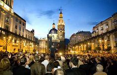 El Día de los Músicos la víspera de los tres grandes días de las Fiestas de Moros y Cristianos de #Alcoy en homenaje a las bandas de música se funden con el pueblo y entonan el himno de fiestas en la Plaça d'Espanya. #Alcoi #MorosyCristianos
