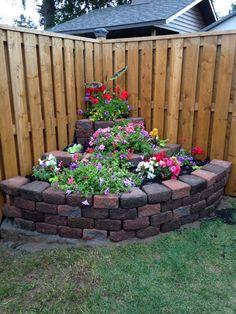 Gartenecke Gestalten Blumenbeet Pyramide Blühende Pflanzen