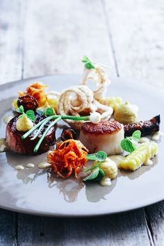 Pan-fried scallops and Asian barbeque pork (restaurant La Colombe, Cape Town, Head Chef Scot Kirton) Pan Fried Scallops, Seared Scallops, World's Best Food, Romantic Meals, Best Chef, Spring Recipes, Special Recipes, Food Presentation, Gourmet Recipes