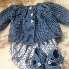 Baby Knitting Patterns Cardigan Baby cardigan with leaf pattern Baby Knitting Patterns, Knitting For Kids, Lace Knitting, Baby Patterns, Cardigan Bebe, Baby Cardigan, Tricot Baby, Baby Overalls, Knitted Baby Clothes
