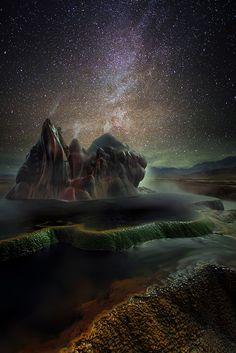 DERYK: Fly Geyser befindet sich irgendwo im Nirgendwo in der Black Rock Desert in Nevada/ U.S.A. und wirkt wie ein Ding aus einer anderen Welt. Seine Abgeschiedenheit und die Tatsache, dass sich dieser Geysir auf privatem Besitz befindet, machen ihn zu einem der am seltensten fotografierten Naturphänomene.