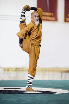 40 Peaceful And Solid Shaolin Monk Martial Art Demonstrations - Bored Art Shaolin Kung Fu, Kung Fu Martial Arts, Chinese Martial Arts, Mixed Martial Arts, Aikido, Bruce Lee, Tai Chi, Karate, Ju Jitsu