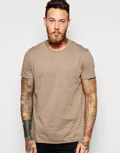 Lang geschnittenes T-Shirt von ASOS weiches Jersey Rundhalsausschnitt unversäuberte Kanten langer Schnitt länger als reguläre Länge Maschinenwäsche 100% Baumwolle Model trägt Größe M und ist 191 cm/6 Fuß 3 Zoll groß