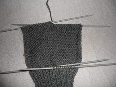 Hjemmelaget: Sokker med gammaldags hælfelling. ( oppskrift) Knitting Socks, Knitted Hats, Knitting Projects, Crochet Top, Diy And Crafts, Pattern, Dessert, Tricot, Threading