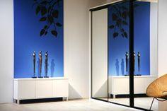 Orion ovet kirkkaalla peilillä ja mustilla kehyksillä #kirjahylly #olohuoneen sisustus #liukuovikaapit