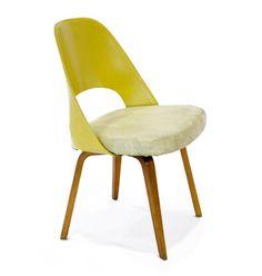 La relación de Eero Saarinen con Knoll comenzó a finales de los 40's con sillas como 72series, Grasshopper y Womb, que como todos sus diseños de mobiliario, son exclusivos de la compañía. Continuamente el diseñador buscaba innovar con materiales y procesos, destacándose por proponer formas orgánicas en sus diseños.