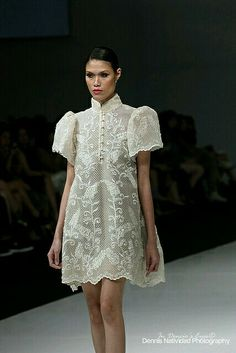 """In the Philippines men wear a traditional clothing piece called a """"barong"""" which is worn at special occasions. Here it's incorporated in women's fashion breaking that gender barrier. Modern Filipiniana Gown, Filipiniana Wedding, Barong Tagalog For Women, Barong Tagalog Wedding, Filipino Wedding, Filipino Fashion, Philippines Fashion, Look Fashion, Fashion Design"""