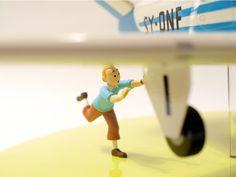 Zu DER FALL BIENLEIN kommt dies grossartige Maquette von Tim und dem Flugzeugtyp Beechcraft Bonanza. Dimensionen: 12x36x24cm (HxBxL). Materialien: Holz, Plexiglas, Kunststoff. Handbemalen, nummeriert und limitiert auf weltweit 1500 Exemplare. Tin, Objects, Timber Wood, Nice Asses, Pewter