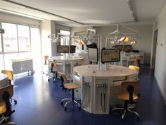 Saratoga is not just designing and manufacturing professional furniture for dental offices and dental laboratories or highly technological dental simulation benches for the world of dental education: the Company is now able to provide real integrated turnkey solutions by applying new technologies. Saratoga has in fact two new high-tech systems that can be applied to workstations and dentistry simulation benches.