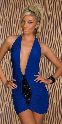 Vestido corto azul. Este es un vestido con algunos detalles diferenciales por su diseño y contraste con el negro de la parte frontal.