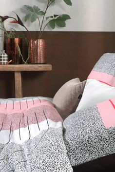 Slaapkamer idee: Roze in je #slaapkamer! Het fluffy, schattige roze fleurt je interieur helemaal op! Het dekbed Art Multi van Mae Engelgeer combineert zacht lila roze met hardere kleuren. Past zowel in een klassieke als een moderne #slaapkamer. #trends #slaapkamer #bedroom #dekbedovertrek