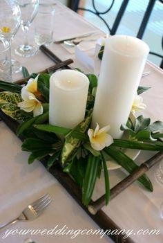 centrotavola di fiori con candele bianche