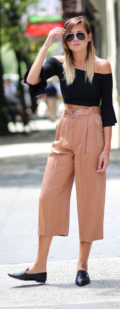 How to wear culottes, gaucho pants outfit, look fashion, fashion pants, wom How To Wear Culottes, Culottes Outfit, Pants Outfit, Look Fashion, Fashion Outfits, Fashion Pants, Street Fashion, Casual Work Outfit Summer, Look Office