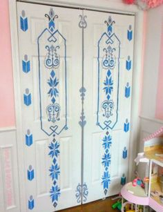 Love this Frozen Inspired Painted Door of Elsa's bedroom door with instructions. Closet doors are such a great opportunity to add beautiful details a room.