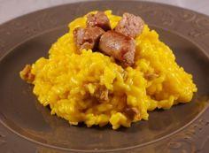 Il risotto giallo con salsiccia è un piatto unico che viene sempre apprezzato in famiglia. L'abbinamento è piacevole e soddisfa l'appetito più ghiotto. La versione milanese, con lo zafferano, risulta ancora più gustosa e colorata.