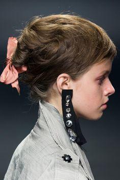 Lanvin at Paris Fashion Week Spring 2016 - Details Runway Photos Sea Glass Jewelry, Jewelry Art, Jewelry Accessories, Fashion Accessories, Jewelry Design, Fashion Jewelry, Jewellery, Silver Jewelry, Quirky Fashion