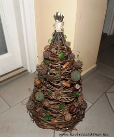 DIY Christmas Tree from Virgina creeper (Parthenocissus quinquefolia), Sempervivum and crops Diy Christmas Tree, Creepers, Succulents, Holiday Decor, Home Decor, Image, Nuthatches, Decoration Home, Room Decor