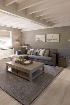Keramisch parket...zetel l vorm die in het midden van de muur past. Klein kastje dan rechts vande zetel en links een hoger kastje.